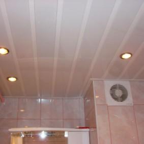 Решетка вытяжного вентилятора на стене ванной