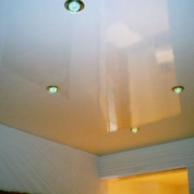 Блестящий потолок в ванной комнате