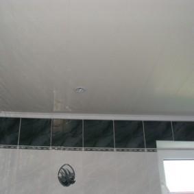 Бордюр из серой плитки в верхней части стены