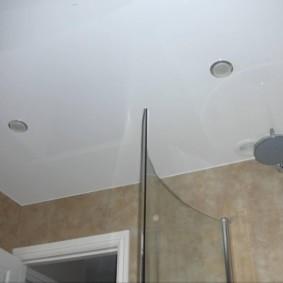 Душевая лейка под потолком в ванной комнате