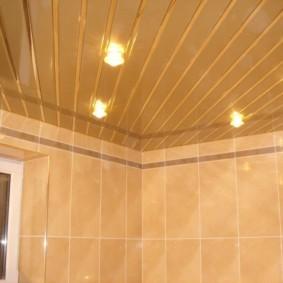 Золотистый потолок из пластиковых реек