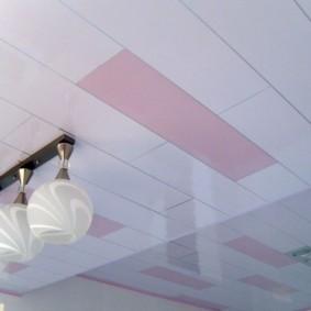 Укладка ПВХ-панелей на потолке в разбежку
