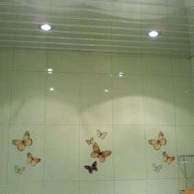 Бабочки на керамической плитке прямоугольной формы