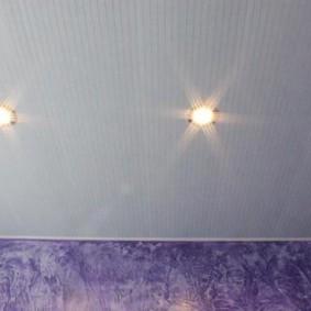 Ребристая поверхность белого потолка