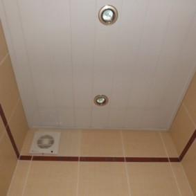 Пластиковый потолок в небольшом туалете