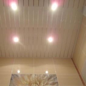 фото пластикового потолка из узких реек