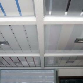 Пластиковый потолок с декоративными балками