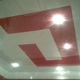 Красно-белый потолок из пластиковых панелей