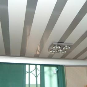 Полосатый потолок из ПВХ-панелей