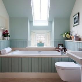 Светло-голубые стены ванной в мансардной комнате