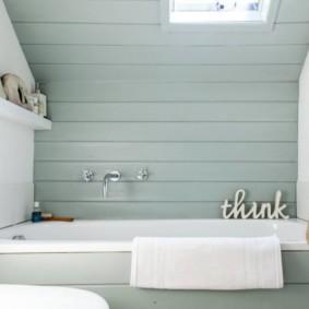 Пластиковая вагонка над белой ванной