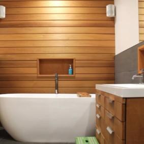 Панели под дерево в интерьере ванной комнаты