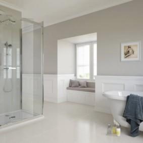 Просторная ванная комната с белым полом