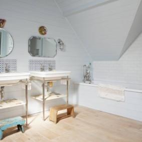 Деревянные подставки перед умывальниками в ванной