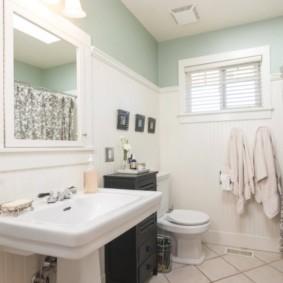 Пластиковые жалюзи на окошке в ванной