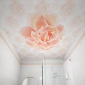 Красивая роза на потолке в ванной
