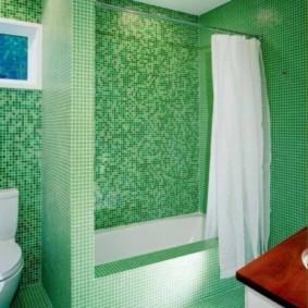 Белая штора в зеленой ванной