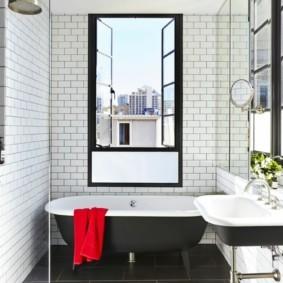 Красное полотенце в роли акцента в интерьере ванной
