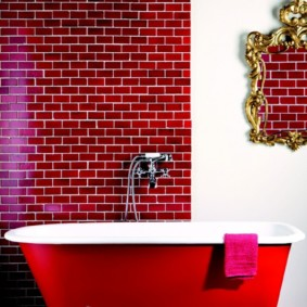 Красная ванна на белых ножках