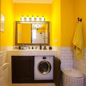 Желтые стены в интерьере ванной комнаты