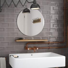 Светильник с подвижным креплением на стене ванной комнаты