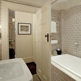 Интерьер небольшой ванной в светлых тонах