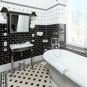 Черная плитка в ванной комнате с большим окном