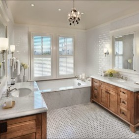 Деревянная мебель в просторной ванной