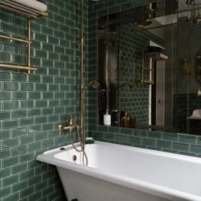 Большое зеркало над чугунной ванной