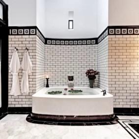 Квадратная ванна в комнате с окнами