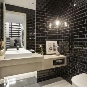 Модная ванная комната с черными стенами