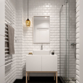 Квадратная плитка на полу в ванной