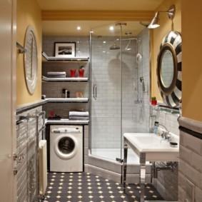 Интерьер узкой ванной комнаты с машинкой для стирки