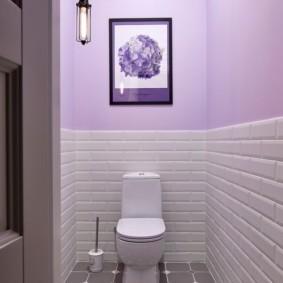 Декор картиной сиреневой стены в туалете