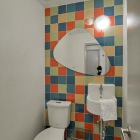 Отделка стены туалета керамикой в стиле калейдоскопа