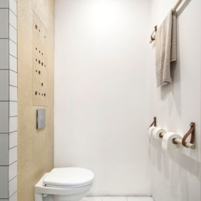 Оригинальные вешалки для полотенца на стене туалета