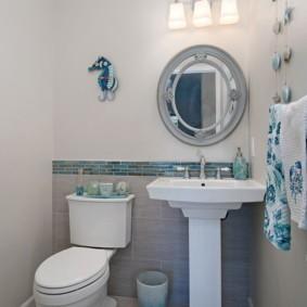 Освещение туалета настенным светильником