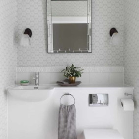 Небольшое зеркало прямоугольной формы
