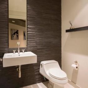 Отделка стены туалета искусственным камнем