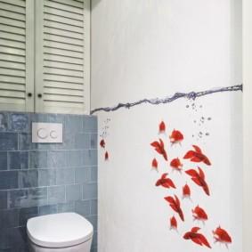 Красные рыбки на белой стене