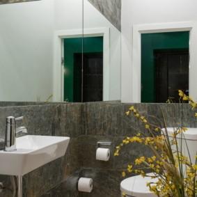 Зеркальные стены в маленьком санузле