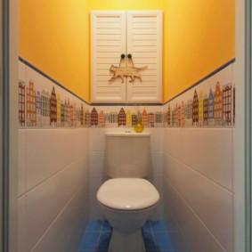 Узкий туалет с желтыми стенами