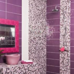 Туалетное зеркало в розовой рамке