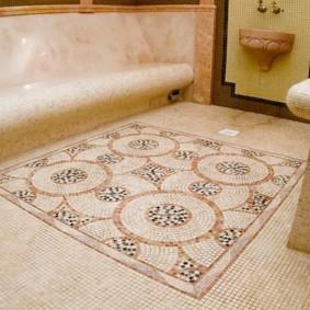 Ковер из кафельной мозаики на полу ванной