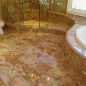 Керамическая плитка под камень на полу в ванной