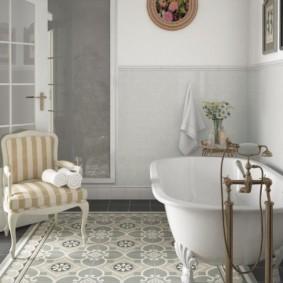 Винтажный смеситель в ванной деревенского стиля