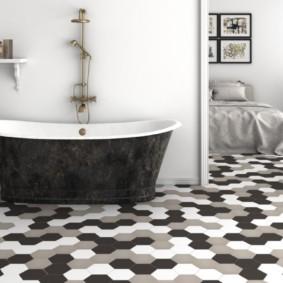 Винтажная ванна в комнате с пестрым полом