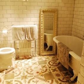 Зеркало на полу в совмещенной ванной комнате