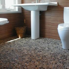 Искусственная галька на полу санузла частного дома