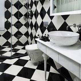 Диагональная укладка черной и белой плитки